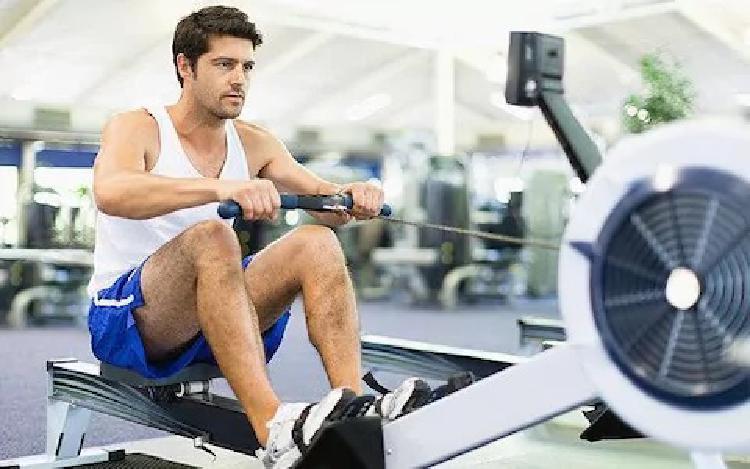 Pro zvýšení testosteronu je efektivní zvedání těžkých vah nebo dynamické rychlé cvičení.