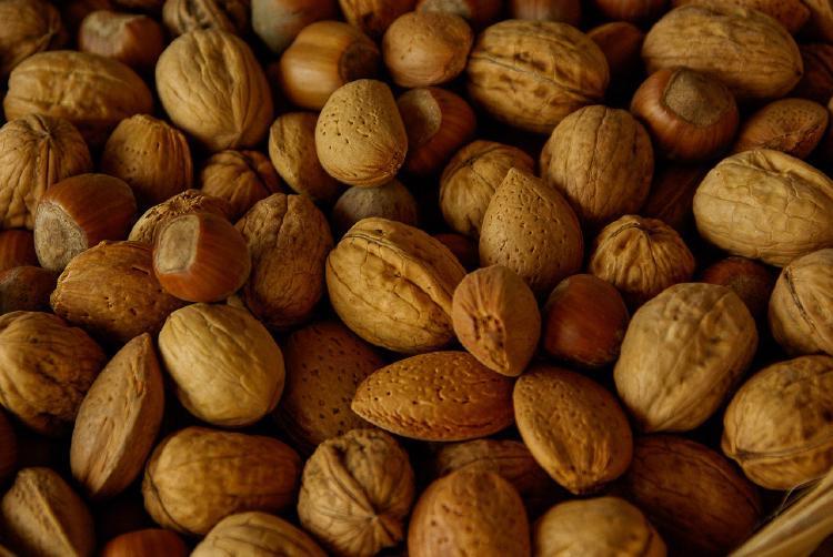 Ořechy jsou skvělým zdrojem důležitých vitamínů, viz. přehled níže