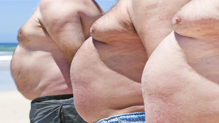 Muži s velkými, až ženskými, prsy trpí často hormonální poruchou. Růst prsní tkáně je zaviněn nadbytek ženského hormonu estrogen.