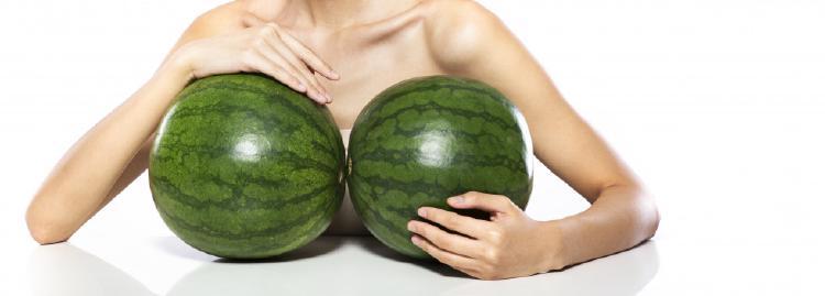 Veľkosť pŕs podľa ovocia a obľúbená veľkosť M - melóny